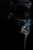 Abstracte blauwe rook van aromatische stokken Stock Foto