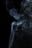 Abstracte blauwe rook van aromatische stokken Stock Foto's