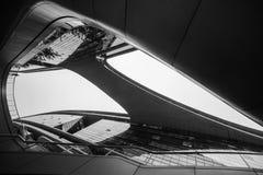 Abstracte close-up zwart-witte foto van het moderne detail van de vormarchitectuur Bionische voorgevel Bedrijfsbureau Stock Foto's