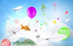 Abstracte collage het drijven gouden vissen onder baloons Gemengde media Gemengde media Stock Afbeeldingen