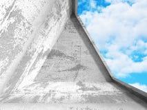Abstracte concrete architectuur op de achtergrond van de wolkenhemel Stock Afbeelding