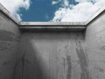 Abstracte concrete architectuur op de achtergrond van de wolkenhemel Stock Fotografie