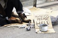 Abstracte dakloze mensenschenking bij het lopen van straat royalty-vrije stock fotografie