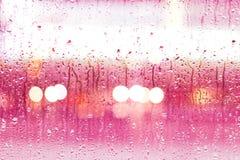 Abstracte dalingen van regen op kleurrijke glasachtergrond Royalty-vrije Stock Afbeeldingen