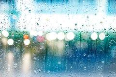 Abstracte dalingen van regen op kleurrijke glasachtergrond, straatlantaarn Royalty-vrije Stock Afbeelding