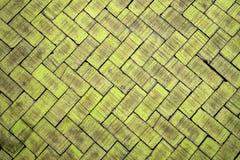 Abstracte dichte omhooggaand van een gele baksteen van het zigzagpatroon (de baksteen  Royalty-vrije Stock Afbeeldingen