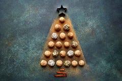 Abstracte die Kerstmisboom van chocoladetruffels wordt gemaakt Hoogste meningswi Stock Foto