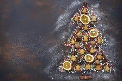 Abstracte die Kerstmisboom van feestelijke traktaties en kruiden wordt gemaakt bovenkant Stock Afbeelding
