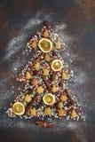 Abstracte die Kerstmisboom van feestelijke traktaties en kruiden wordt gemaakt bovenkant Royalty-vrije Stock Fotografie