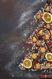 Abstracte die Kerstmisboom van feestelijke traktaties en kruiden wordt gemaakt bovenkant Stock Fotografie