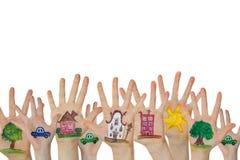Abstracte die straat van geschilderde symbolen wordt gemaakt Huizen, bomen, auto's op omhoog opgeheven die kinderenhanden worden  Royalty-vrije Stock Foto