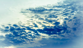 Abstracte donkerblauwe hemel en wolk Stock Foto's