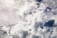 Abstracte dramatische pluizige wolkenachtergrond Stock Afbeelding