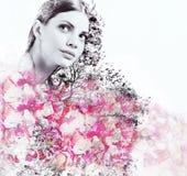 Abstracte dubbele blootstelling van aantrekkelijk vrouw en bloemblaadje van rozen royalty-vrije stock foto