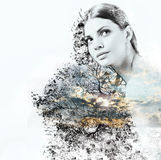 Abstracte dubbele blootstelling van vrouw en schoonheid van aard bij su Royalty-vrije Stock Fotografie