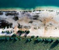 Abstracte foto met de hommel, blauwe stroken van water, witte stri Stock Foto's