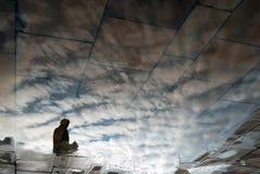 Abstracte foto van een mensensilhouet en wolken De bezinning van het water Stock Afbeeldingen