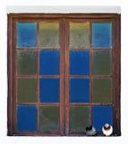 Abstracte foto van twee duiven die op een vensterrichel zitten Stock Afbeeldingen