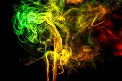 Abstracte geelgroen - oranje rook van aromatische stokken Royalty-vrije Stock Afbeeldingen