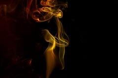 Abstracte gele rode rook van aromatische stokken Stock Fotografie