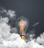 abstracte gloeilamp die op donkere grijze achtergrond met wolken gloeien Stock Afbeeldingen