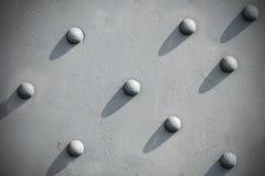 Abstracte grijze achtergrond, vastgenageld geweven metaal stock afbeelding