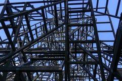 Abstracte houtconstructie van kunstvoorwerp op de architecturale achtergrond van het nikola lenivec park Stock Afbeeldingen