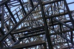 Abstracte houtconstructie van kunstvoorwerp op de architecturale achtergrond van het nikola lenivec park Royalty-vrije Stock Foto