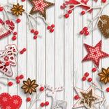 Abstracte Kerstmisachtergrond, droge takken met rode bessen en kleine Skandinavische gestileerde decoratie Stock Foto's