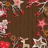 Abstracte Kerstmisachtergrond, droge takken met rode bessen en kleine Skandinavische gestileerde decoratie die op houten liggen Stock Afbeelding