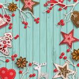 Abstracte Kerstmisachtergrond, droge takken met rode bessen en kleine Skandinavische gestileerde decoratie die op houten liggen Royalty-vrije Stock Foto's