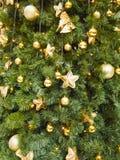 Abstracte Kerstmisachtergrond met gouden ballen en sterren Stock Afbeeldingen