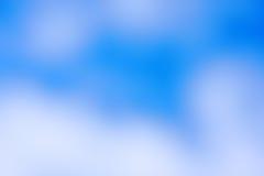Abstracte kleurenachtergrond, vage witte wolk en blauwe hemel Stock Afbeelding
