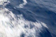 Abstracte, kleurrijke achtergrond Gemaakt met lange blootstelling op de overzeese golven Royalty-vrije Stock Afbeelding