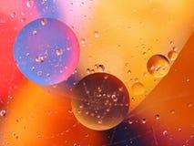 abstracte kleurrijke achtergrond met oliedalingen op waterspiegel mogelijke thema's voor de toepassing - kosmetische reclame, rui Royalty-vrije Stock Foto