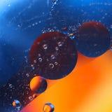 abstracte kleurrijke achtergrond met oliedalingen op waterspiegel mogelijke thema's voor de toepassing - kosmetische reclame, rui Royalty-vrije Stock Afbeeldingen