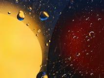 abstracte kleurrijke achtergrond met oliedalingen op waterspiegel mogelijke thema's voor de toepassing - kosmetische reclame, rui Royalty-vrije Stock Foto's