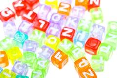 Abstracte kleurrijke alfabetblokken aan achtergrond stock foto