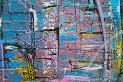 Abstracte kleurrijke blauw, purper, geel, wit en blackpainted bakstenen muur Stock Foto's