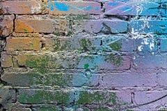 Abstracte kleurrijke blauwe, purpere, oranje, witte en groene geschilderde bakstenen muur stock foto's