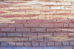 Abstracte kleurrijke bruine, gele en blauwe bakstenen muur met barsten stock afbeeldingen