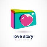 Abstracte kleurrijke fotocamera met hart lense Vectorembleemico Stock Foto