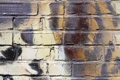 Abstracte kleurrijke gele, witte, beige en zwarte bakstenen muur met barsten royalty-vrije stock fotografie