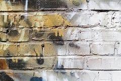 Abstracte kleurrijke gele, witte en zwarte bakstenen muur met barsten royalty-vrije stock foto's