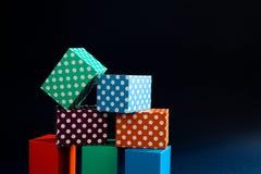 Abstracte kleurrijke geometrische de kubusdozen van het achtergrond levendige stippenpatroon Violette groene rechthoekige bloksam Stock Foto's