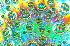Abstracte kunst met Waterdruppeltjes op een kleurrijke oppervlakte stock foto's