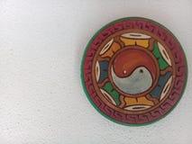Abstracte kunst met yin-Yang op de muur stock fotografie