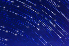 Abstracte lange blootstelling van sterslepen met fonkeling op blauwe hemelachtergrond Stock Fotografie