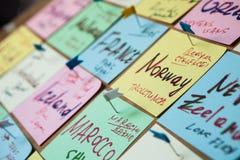 Abstracte lege kleverige nota met hart Valentine-het bericht van de groetkaart stock foto's