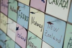 Abstracte lege kleverige nota met hart Valentine-het bericht van de groetkaart stock fotografie